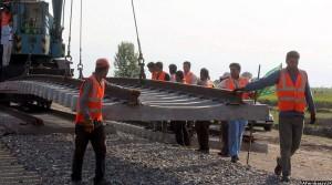 کارگران خط ریل افغان در جریان کار