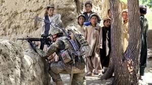 سرباز امریکایی در حال نبرد در افغانستان