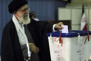 آیت الله علی خامنهای رهبر ایران در جریان رایدهی انتخابات مجلس