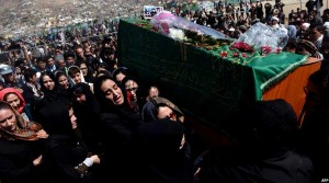 برای نخستین بار در افغانستان تابوت فرخنده، یکی از قربانیان خشونت را زنان حمل کردند