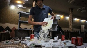 کارمندان رستورانت ها غداهای باقی مانده را به زباله دانی ها می ریزند