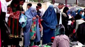بانوان افغان در حال خریداری