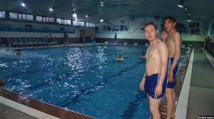 دو ورزشکار در یکی از حوض های آب بازی کابل