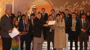 وزیر داخله اسبق افغانستان حین تقدیر از یکی از بانوان فعال این کشور