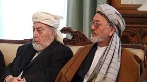 پیر گیلانی رییس شورای عالی صلح در کنار  کریم خلیلی معاون ارشد این شورا