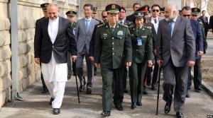 حنیف اتمر و معصوم استانکزی حین استقبال از فن فیگو، رییس ستاد ارتش چین در افغانستان