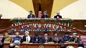 رییس مجلس سنا و نمایندگان افغانستان در کنار رییس جمهوری این کشور