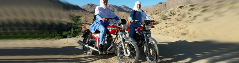 دختران دانشآموز جاغوری بیست کیلومتر راه مکتب را با موتورسایکل میپیمایند