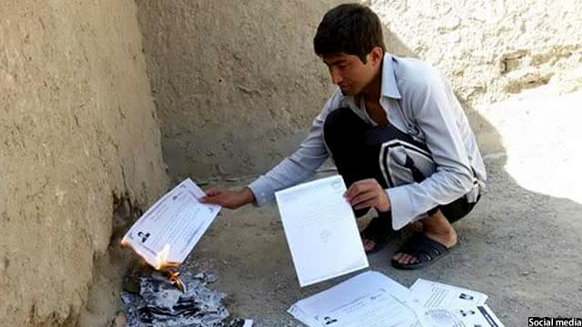 جمعه خان جوانی که اسناد تحصیلی خود را به خاطر نیافتن شغل، در آتش سوختاند