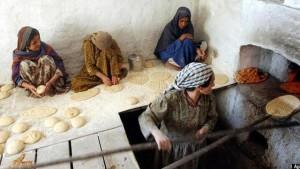 تصویری از نانوایی زنانه در یکی از کوچه های افغانستان