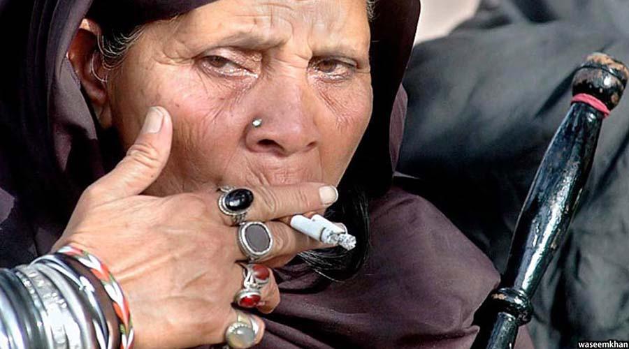 میزان استفاده سگرت در میان زنان افغان نیز رو به افزایش است