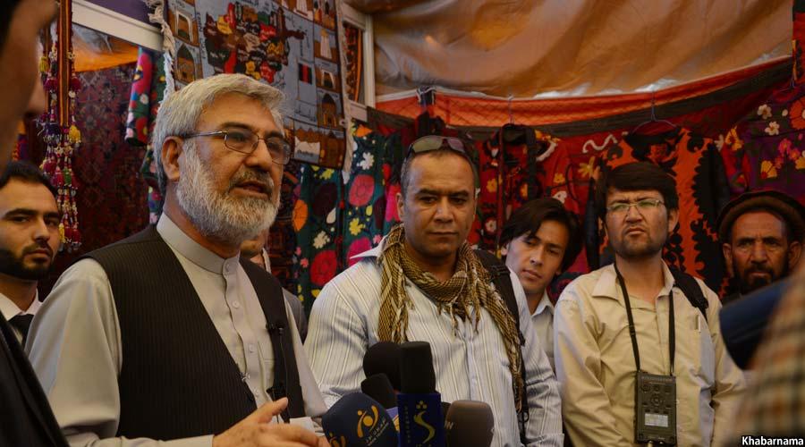 وزیر احیا و انکشاف دهات افغانستان حین بازدید از این نمایشگاه
