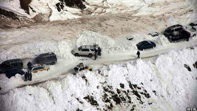 برفباری شدید همهساله مسیر تونل سالنگ را برای مسافران مسدود میسازد و از چالشهای جدی برفباری به شمار میرود