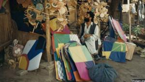 کاغذپران بازی قدیمی ترین بازی به ویژه در شهر کابل است که حتا افراد کهن سال به آن علامند اند