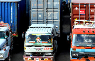 محدودیتهای گمرکی و تجاری؛ رانندگان افغانستانی دیگر برای سفر به پاکستان تمایل ندارند!