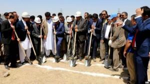 مقام های وزارت انرژی و آب حین افتتاح اولین نیروگاه خورشیدی و بادی در ولایت هرات