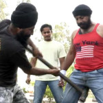 مرد آهنین هندی که میتواند ده بار ضربهخوردن با پتک بر بیضهاش را تحمل کند