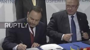 وزیر مالیه افغانستان حین امضای...در حاشیه کنفرانس بروکسل