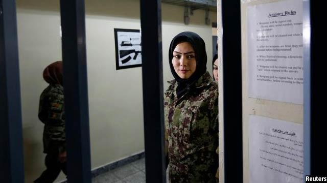 فاطمه زهرا اکبری در انتظار دریافت اسلحه برای تمرین تیر اندازی