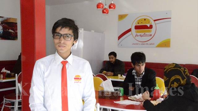 ملا هیبت الله عینکی مدیر این رستورانت است