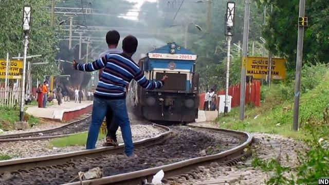 سلفی روی راهآهن همیشه خطر ساز بوده است، با آن هم این مدل از سلفی ها طرفداران خودرا دارد