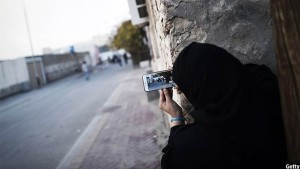 زن بحرینی در جریان گرفتن فلم از درگیری پولیس زد شورش با مخاطبان اش