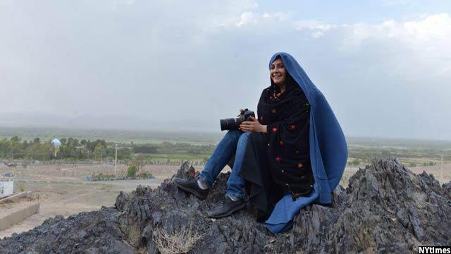 فرزانه به عکاسی که از پشت برقع عکس میگیرد مشهور است