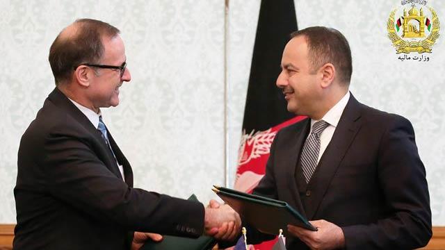 اکلیل حکیمی، وزیر مالیه افغانستان همراه با تام پنیلا، رییس بانک انکشاف آسیایی در افغانستان، در جریان امضای موافقت نامه