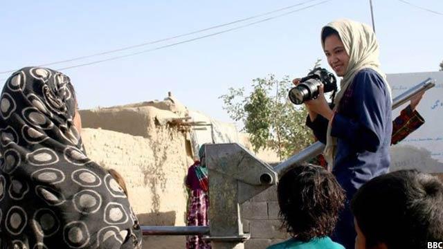 زنان خبرنگار در افغانستان هم در داخل سازمان رسانهای و هم در بیرن از فضای کار مورد خشو.نت قرار میگیرند