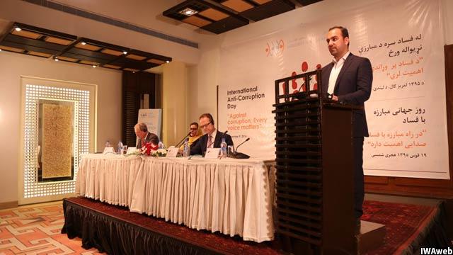 دیدبان شفافیت در افغانستان گفته است که دولت این کشور سالانه سه ملیارد دالر رشوه میگیرد که از آن جمله یک میلیارد آن از کانتینرهای حامل اموال تجاری میباشد