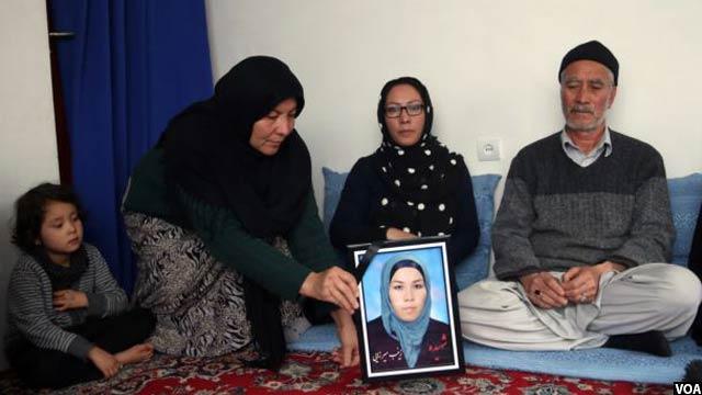 تصویر زینب در دستان اقارب اش