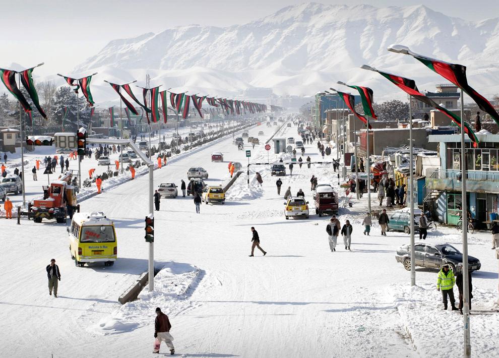 نمایی از جادهی دارالامان در غرب کابل که توسط برف پوشیده شده بود / عکس: ای پی