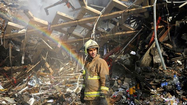 رنگین کمانی که بر اثر بخار آتش نشانی در جریان آواربرداری تشکیل شده است. این تصویر از خرابه ساختمان .پلاسکوی ایران گرفته شده است