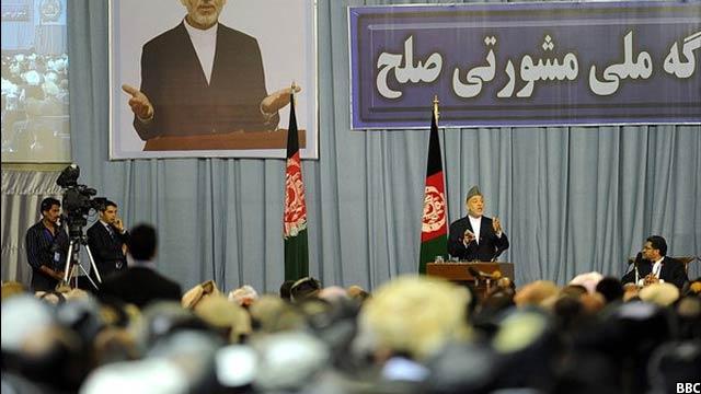 حامد کرزی رییس حمهور پیش قبلی افغانستان در جریان سخنرانی در یکی از جرگههای مشورتی صلح در این کشور