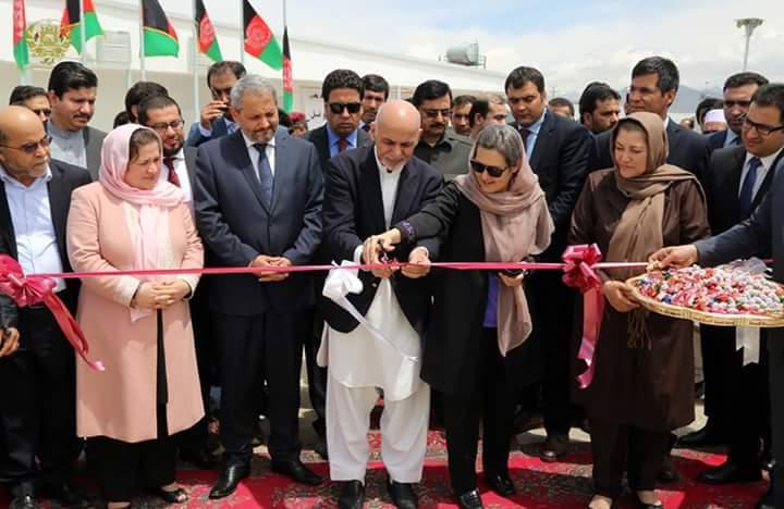 محمد اشرف غنی، رییس جمهوری افغانستان همراه با بانوی اول این کشور و مقامهای وزارت صحت عامه در مراسم افتتاح کمپ امید در کابل