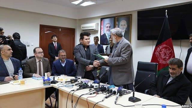 وزیر احیا و انکشاف دهات حین امضای قراردادهای عام المنفعه همراه شوراهای انکشافی