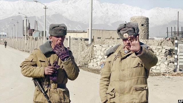 سربازان اتحاد جماهیر شوروی در حال نوشیدن سیگریت در نزدیک میدان هوایی نظامی شوروی در کابل، 10 فبروری 1989