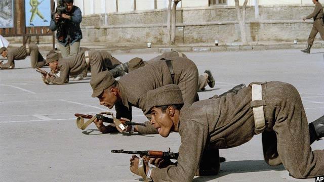 نیروی نظامی افغانستان در حال اجرای تمرینات در کابل، 8 فبروری 1989
