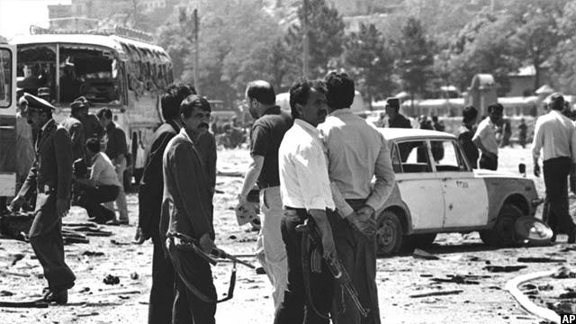 پولیس و شبه نظامیان افغان بعد از وقوع یک انفجار از سوی مجاهدین در کابل، 27 آپریل 1988