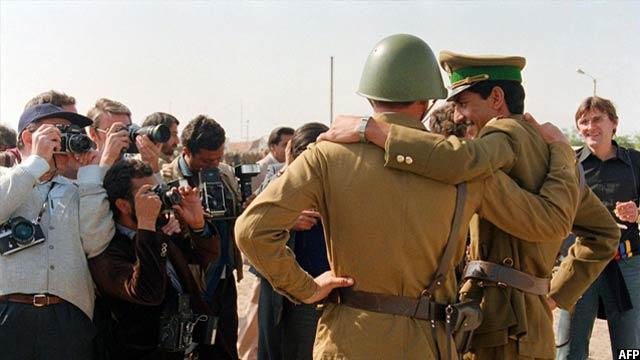 سرباز قشون سرخ شوروی و افسر نظامی افغان در حال آمادگی برای عکس، 20 اکتوبر 1986