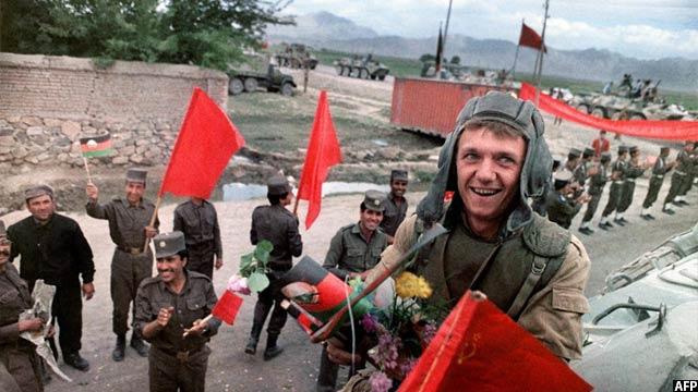 سرباز قشون سرخ شوروی در حال لبخند زدن به سوی نیروهای اتحاد جماهیر شوروی قبل از ترک گفتن افغانستان در کابل، 16 می 1988