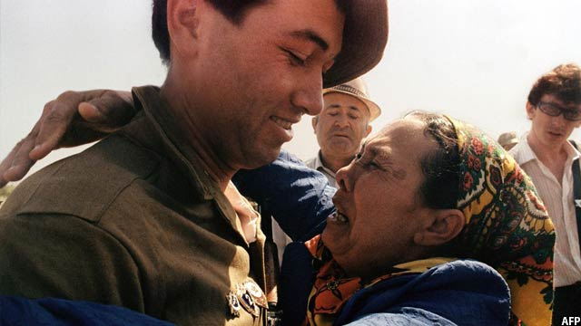 مادز سرباز اتحاد جماهیر شوروی در حال به آغوش گرفتن پسرش که به تازگی از افغانستان برگشته، 21 می 1988