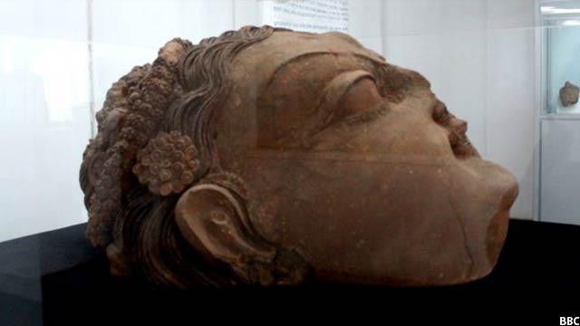 سر بزرگ مجسمه درگا، الهه بودا که از تپه سردار غزنی کشف شده، مربوط قرن ۵-۷ میلادی است.
