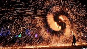 تجلیل از سال جدید چینی توسط یکی از هنرمندان این کشور در ایالت هنان، چین. تصویر از رویترز
