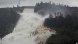 جریان آب از صد آسیب دیده اوروویل در ایالت کالیفورنیا در امریکا. تصویر از AP / عکاس ریچ پیدرونسیلی