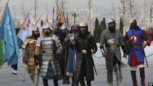 قطعه تشریفات ترکی با لباس های تاریخی در حال آمادگی برای یک محفل استقبالیه برای رئیس جمهور ایتیوپی. تصویر از AP / عکاس برهان ازبولیکی