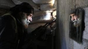 یکی از جنگجویان 50 ساله سوری در وابسته به گروه شورشی جیش الاسلام در شهر دمشق. تصویر از AFP / عکاس آمر المحبانی