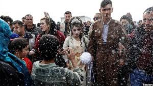نمایی از عروسی زوج عراقی در یکی از کمپ های مهاجرین. تصویر از رویترز / عکاس زهره بینسیمرا