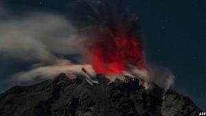 کوه آتش فشانی سینابونگ در شهر کاروی اندونیزی که در شب هنگام منفجر شده است. تصویر از AFP