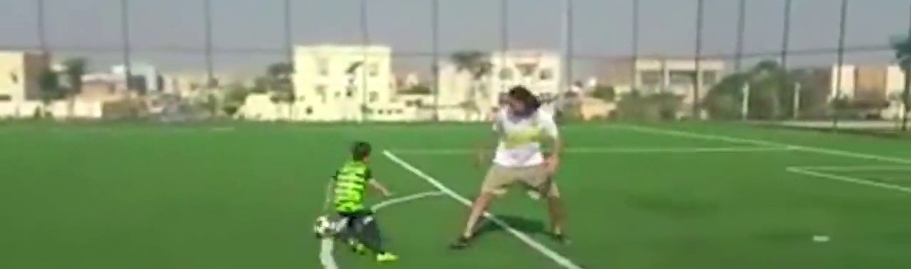 -فوتبالیست-خردسال-افغان-که-در-بازی-با-توپ-به-«لیونل-مسی»-شباهت-دارد